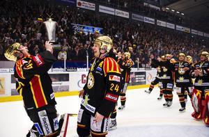 En euforisk Honken lyfter Le Mat-trofén inför 8 000 åskådare 2012. Mads Hansen ser rätt nöjd ut han med. Bild: Bildbyrån.