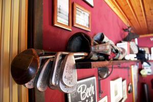 Gamla golfklubbor pryder pub-rummet.