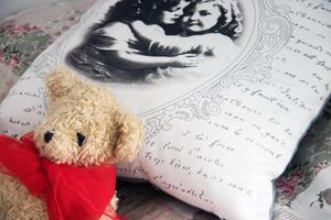 Teddybjörnen har hängt med sedan Yvonne var barn. Nu ligger den på hennes säng.