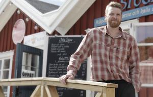 Matt Wilkes som gräddar galetter i en av hamnbodarna i Nynäshamns gästhamn blir gästkock på stockholmsrestaurangen Luzette i oktober. Foto: Jesper Klingnell (arkiv)