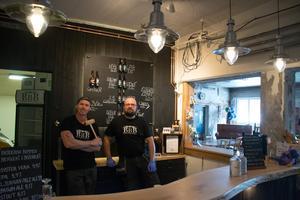 Richard Hansson och Jonas Östberg vid den nybyggda baren.