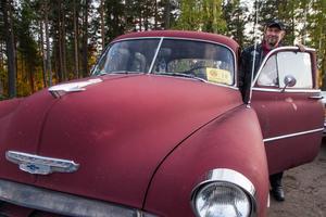 Den tuffar och går förklarar Mats Larsson, Jättendal, om sin Chevrolet Skyline 1952