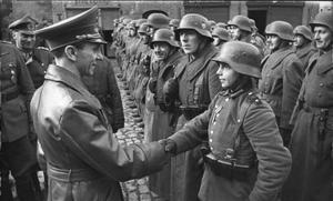 Joseph Goebbels tilldelar den 16-årige Willi Hübner Järnkorset för hans insats att försvara den polska staden Luban 1945. Foto: Okänd