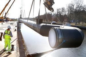 Fyra kranar samarbetade när ett 90 meter långt rör med en meter i diameter lyftes ner i hamnbassängen. Här kommer runt 140 miljoner kubikmeter vatten per år transporteras vidare till en reningsanläggning för dagvatten.