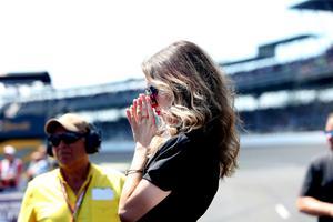 Marcus Ericssons flickvän Alexandra Zaitseva såg nervös ut inför kvalförsöket.