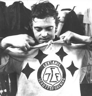 Abris tar av sig tröjan efter en slutspelsmatch 1972. Foto: DD:s bildarkiv