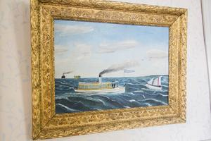 Inomhus hänger en bild på farfar Wilhelm Strandlunds båt Blenda.