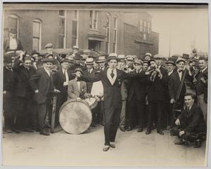 Joe Frisco, vaudeville-artist, står framför The Original Dixieland Band med en stor folkmassa runt sig. Bilden publiceras med tillstånd av The Historic New Orleans  Collection, museum och forskningscenter.