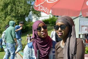 Systrarna Asha och Sadia Abdullahi talar god svenska och siktar på fortsatta studier. Sommarskolan tros kunna underlätta när det gäller den biten.