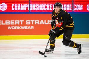 Adam Wilsby i en av matcherna i Champions hockey league, här mot franska laget Grenoble i september. På onsdagen gjorde han sin första träning med SSK. Foto: Bildbyrån