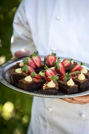 Underbara brownies dekorerade med jordgubbar.