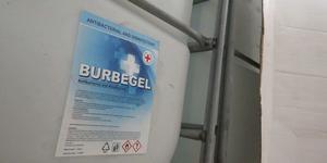 Stora behållare med Burbegel hittades vid tillslagen. Det innehåller ethanol (denaturated), benzakoniumklorid, och  glycerine.