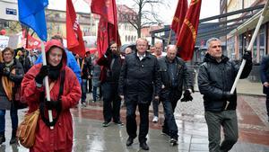 Peter Hultqvist, försvarsminister och Socialdemokraternas länsordförande, anförde förstamajtåget i Borlänge.