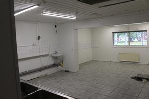 Så här ser det blivande personalrummet ut just nu. Det behöver renoveras och byggas om och en ny dörr ska byggas.