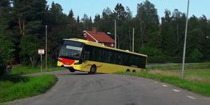 Bussen fastnade tvärs över Främlingshemsvägen i Årsunda. Foto: Gunilla Landell