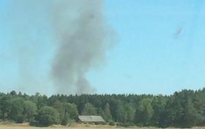 Röken från branden i Holmestad syns på håll.