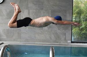 Jesper Svensson bjöd på ett något oortodoxt dyk i bassängen.