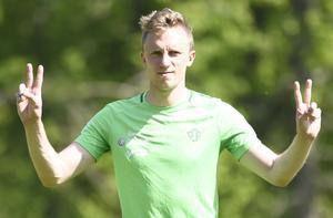 Så här nöjd var Joakim Karlsson över att träna fotboll i solskenet.