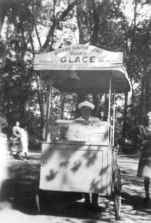 Tyra Lindströms glasskiosk, cirka 1946. Bilden tagen på Engelbrektsgatan. Fotograf: Okänd (Bildkälla: Örebro stadsarkiv)