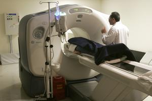 Med hjälp av en PET-CT-undersökning kan man på ett effektivt sätt exakt lokalisera cancertumören.  I jämförelse med Norrbotten, så skulle en PET-CT-kamera som placeras i Sundsvall förkorta restiderna för flest patienter i regionen.