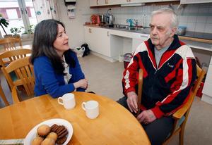 Eva Moén pratar med John Persson på Fjällviolen i Storsjö.