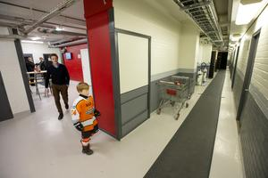Malte Bäck, 6 år, glider hemtamt genom arenans korridorer.