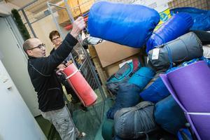 Fullt upp på Örebro Stadsmission. Efter NA:s artikel om behoven för hemlösa har sovsäckar, liggunderlag och varma kläder strömmat in till Porten Vasastrand. Ingbritt Stålgren (i bakgrunden) och Djamal har fullt upp att sortera.