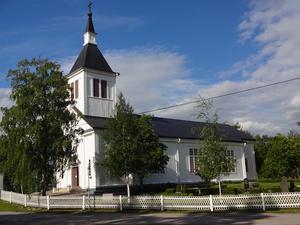 Björna kyrka i vacker sommarskrud.
