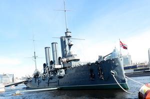 Pansarfartyget Aurora väl förankrat i en kanal nära floden Neva. Skott från Aurora anses vara starten på stormningen av Vinterpalatset och oktoberrevolutionen år 1917.
