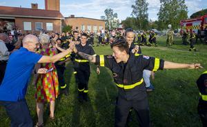 Tacksamheten och glädjen var påtaglig när befolkningen mötte de franska brandstyrkorna i Färila.