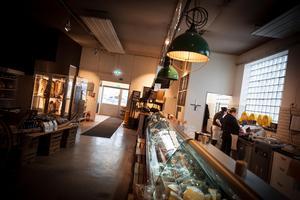 Närproducerat kött, ost, potatis, bröd, ägg med mer finns till försäljning i Visthusboden i Kulinariet.