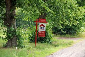 Skylten vid vägkanten utanför Gärdshyttan talar om att fastigheten nu är till salu.