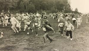 Lärare, elever och föräldrar deltog i Ullvilunken som arrangerades av Ullviskolan. Omkring 500 deltog i den 10 kilometer långa motionsturen. Foto: VLT:s arkiv