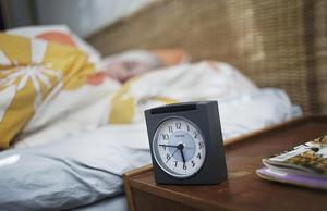 Du ligger där och snurrar, tittar på klockan, orolig över hur trött du kommer att vara i morgon... fem timmar kvar tills du måste upp... fyra timmar... tre timmar... Till slut förknippas sängen mer med oro än med ro. Foto: TT