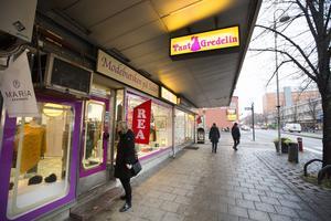 Butiken Tant Gredelin öppnade i en källarlokal i hörnet av Södra Kungsgatan och Brunnsgatan. För 16 år sedan flyttade de in i nuvarande lokal där optiker Kaj Hansson låg tidigare.