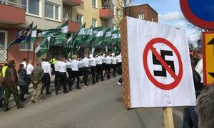 Nazisterna tågar fram på Ludvikas gator på 1 maj.