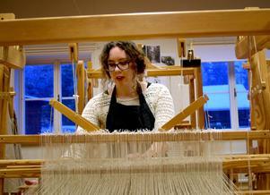Susanna Ayton, som går första året på vävkursen, väver ett linnefoder som ett led i arbetet med att rekonstruera ett livstycke från Delsbo.