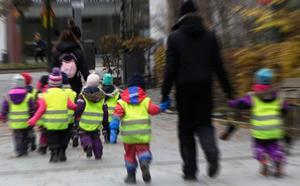 Förskolegrupp på promenad. Foto: Hasse Holmberg/TT