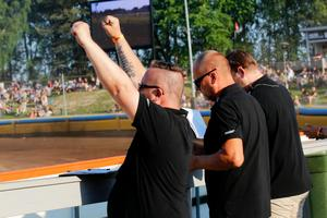 Lagledaren Kai Salonen jublar efter att Thomsen vunnit sitt första heat.