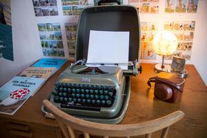 En reseskrivmaskin och Carins första kamera står på skrivbordet i Tintin-rummet.