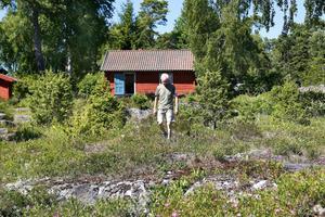 – Det unika för området är marmorbergarter som finns här, säger Kaj Widell på Väddö.Marmorhällarna har blivit svarta av oxidering. Marken är täckt med ett tunt, magert och kalkrikt jordlager som ger goda förutsättningar för den rika flora som finns på naturtomten vid havet.