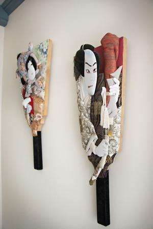 David har japanska rötter på sin pappa sida och det finns även japanska saker i  huset. På de här väggdekorationerna – som Erika och David tror kan ha använts i dockteater – finns skådespelare avbildade.