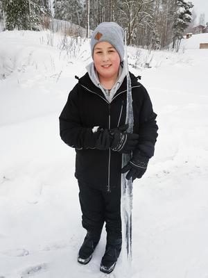 Tipptapp - och de var nästan lika långa! Morgan Norén heter den stolte pojken som hittade istappen i närheten av Bergslagssjukhuset. Bild: Anitta Ylitalo