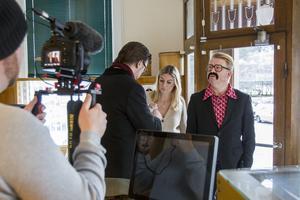 Kameraman Henrik Jacobsson, Martin Sjökvist (mäklare), Jonna Ekström (Anette) och Christer Johansson (Ingemar) övar inför första scenen.