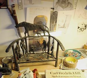 Stolen med figurer är hämtad direkt från Carl Fredrik Hill. Än så länge har Sture Collin inte kunnat finansiera en gjutning av en stol i större format. Men det är ett mål.