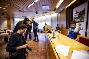Innan hyllningen på torget var det presskonferens  i kommunhuset.