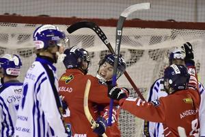 Oscar Wikblad och Daniel Burvall Jonsson jublar över ett av målen mot Villa. Foto: Ulf Palm/TT