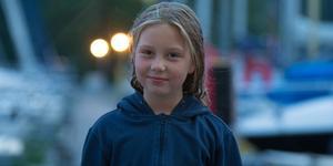 Cornelia Falk Larsson, en av barnen som är med och seglar.