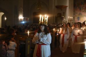 Josefin Blomström ledde sina tärnor ur kyrkan i sitt första framträdande som lucia för veckan.