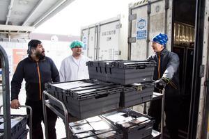 Kamol (Mulle) Pinpetch, Johan Wickman Wiik och Johan Sellman, lastar maten som sedan den 13 mars tillagas vid det nya produktionsköket på Rådhusgatan 100 för vidare transport till Östersunds sjukhus.